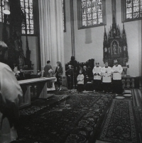 Mše svatá v kostele sv. Mořiče v Olomouci, na které se pamětník Josef Jančář loučil s farníky, protože musel z farnosti odejít.