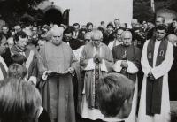 Muž s knihou je páter Jan Vdoleček, farář ve farnosti Frýdek-Místek.