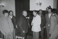 Muž s květinami je  kardinál František Tomášek, pamětník Josef Jančář stojí vpravo.