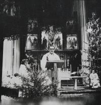 Pamětník Josef Jančář káže v kostele sv. Mořice v Olomouci při vánoční mši svaté v roce 1979, na fotografii vpravo páter Bohumil Nerychel, vlevo Jan Kouřil, který při přečetl přímluvu za zavřené kněze.