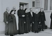 Pamětník Josef Jančář na fotografii nejvyšší s řádovými sestrami a kněžími.