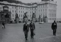 Pamětník Josef Jančář na fotografii vlevo se spolužáky z teologické fakulty v Litoměřicích na výletě na Pražský hrad, dále zprava P. Josef Čermák, P. Adolf Pintíř.