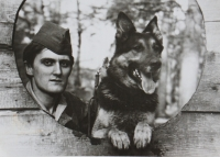 Pamětník Josef Jančář na fotografii ze základní vojenské služby u vojenského útvaru 1337 v Týništi nad Orlicí, kde u strážní roty jako psovod hlídal muniční sklady.
