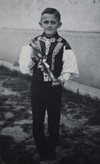 Pamětník Josef Jančář po prvním sv. přímání v tradičním kroji.