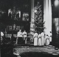 Pamětník Josef Jančář před oltářem v kostele sv. Mořice v Olomouci při vánoční mši svaté v roce 1979, na fotografii vlevo páter Bohumil Nerychel.