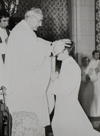 Pamětník Josef Jančář přijímá kněžské svěcení z rukou biskupa Josefa Vrany.