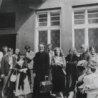 Pamětník Josef Jančář s mládeží před kostelem sv. Mořice v Olomouci, v prním místě jeho kněžského přidělení, kde zastával funkci druhého kaplana.