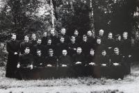 Pamětník Josef Jančář v prostřední řadě třetí zprava na společné fotografii s bohoslovci z teologické fakulty v Litoměřicích.