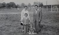 Pamětník Josef Jančář vlevo dole s rodiči a mladší sestrou.