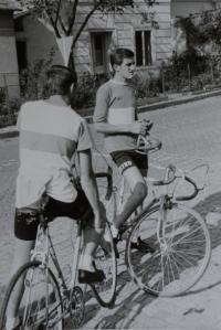 Pamětník Josf Jančář na fotografii vpravo jezdil závodně na kole.