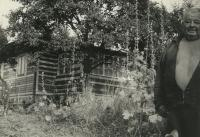 tchán pamětníka Bedřich Hodulík na své zahradě s domkem v Bystřici u Benešova