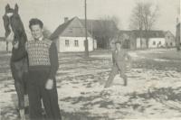 pamětník Rostislav Čapek už v civilu při odchodu z vojny z 5. chebské pohraniční brigády, 4. roty Újezd  s koněm, se kterým na vojně pracoval