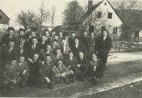 pamětník Rostislav Čapek vpravo dole už v civilu při odchodu z vojny z 5. chebské pohraniční brigády, 4. roty Újezd