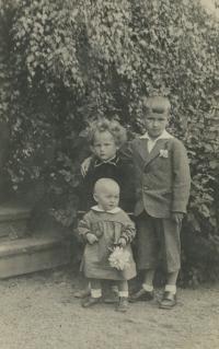 pamětník Rostislav Čapek vlevo nahoře se svými sourozenci