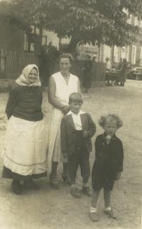 pamětník Rostislav Čapek vpravo se starším bratrem, maminkou a stařenkou v Tršicích