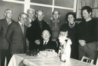 pamětník Rostislav Čapek (vpravo) na oslavě narozenin mistra Hermana (uprostřed), s lidoveckým politikem Adolfem Vodáčkem (třetí zleva),stra Hermana, který ho vyučil v závodě IGO (up který také chvíli pracoval v IGO