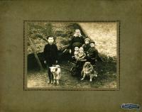 Otec Josef Klos jako dítě, druhý zprava, kolem roku 1918