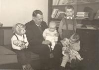 Nevlastní dědeček Václav Kryml, Jan stojí, kolem roku 1947
