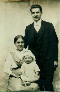Janova babička Marie Štruplová Klosová Krymlová s manželem Josefem Klosem a synem Josefem Klosem, Janovým tatínkem, kolem roku 1915