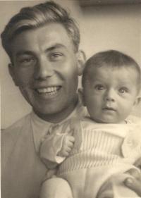 Josef Klos s malým Janem, rok 1941