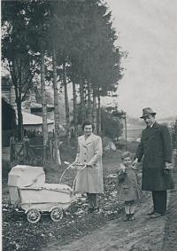 Rodina Pfeifferova na jaře roku 1941 před domem v areálu vápenky, Karel uprostřed.