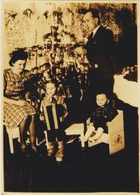 Vánoce roku 1941, ještě byli všichni šťastní.