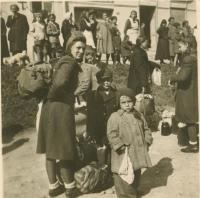 Maminka Františka společně s kluky při evakuaci ze Slovenska v říjnu 1944, v Gelnici před nástupem na vojenské náklaďáky.