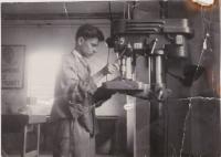 Karel Lepš (Pfeiffer) na učňovském středisku v dílně, školní rok 1951/1952.