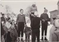 Snímek ze šedesátých let, kdy K. Pfeiffer (na snímku zády k fotografovi) organizoval desítky sportovních podniků pro mládež.
