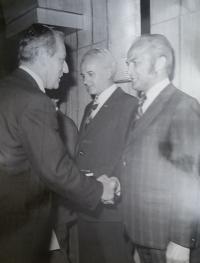 Pan Zdeněk Bajgar při předávání vyznamenání s ministrem dopravy (konec 90. let)