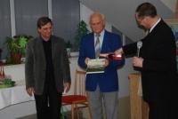 Pan Zdeněk Bajgar (uprostřed) při křtu své první knihy v Krásném Poli v roce 2009