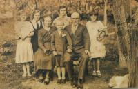 celá rodina - sestra Slavomila Kopecká, zcela vlevo, zemřela ve 14-ti letech