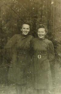 E.Šiková, napravo se sestrou Věrou
