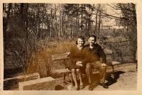 Jaroslav Ermis se sousedkou Kristou Lehertovou, 1945
