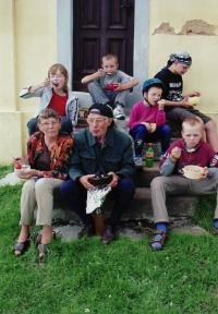 František Teplý s manželkou a vnoučaty