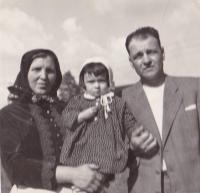 1933 - Aloisie with parents