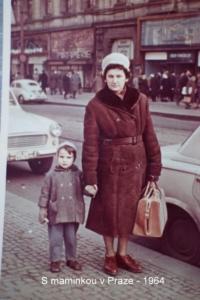 S maminkou v Praze, rok 1964