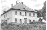 Před farou v Lysé nad Labem.