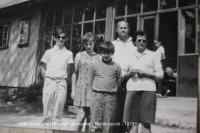 Celá rodina před horským domovem v Herlíkovicích - 1972