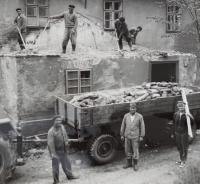 Dělníci při opravě fary v Rudné pod Pradědem.