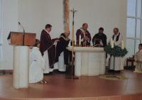 Mše svatá při oslavě 90. narozenin pamětníka Antonína Pospíšila, na fotografii druhý kněz zleva.