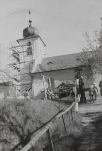 kostel v Dlouhomilově, který opravoval pamětník Antonín Pospíšil a jako kněz zde působil v letech 1979-1980.
