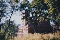 Oprava kostela v Domašově nad Bystřicí. Kostel opravoval Antonín Pospíšil v době, kdy byl v této farnosti farářem (1992-2005).