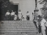 Pamětník Antonín Pospíšil před kostelem.