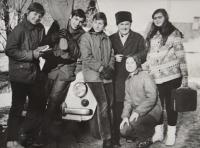 Pamětník Antonín Pospíšil s mládeží, která mu jezdila pomáhat při opravách kostela.