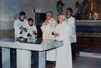 Svěcení opraveného kostela v Domašově nad Bystřicí, před oltářem biskup Josef Hrdlička a po jeho levici pamětník Antonín Pospíšil, který tento kostel opravoval a byl zde farářem v letech 1992-2005.
