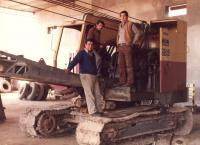 Bagr, který pamětník Josef Bábek servisoval v Argentině, na bagru stojí jeho místní kolegové.