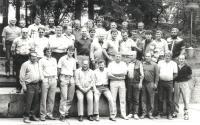 Pamětník Josef Bábek na fotografii z Uničovských strojíren sedí dole uprostřed.