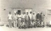 Pamětník Josef Bábek na fotografii v pravo nahoře při práci pro Uničovské strojírny v Súdánu se svou pracovní partou místních.