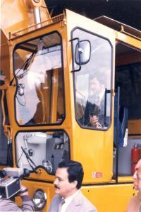 Pamětník Josef Bábek sedí v bagru, který sestavil za Uničovské strojírny, při jeho slavnostním předávání v Argentině.